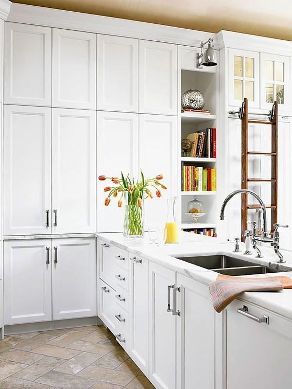 Hệ thống tủ bếp dài, rộng nhiều ngăn chứa.