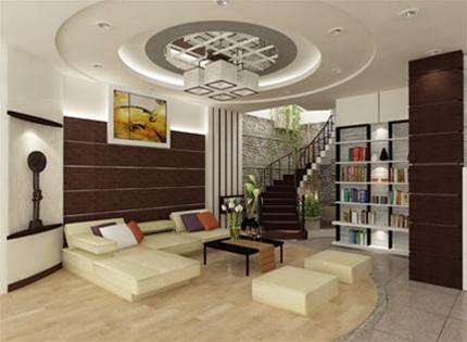 Phòng khách với khu vực buồng thang kết hợp giếng trời và tiểu cảnh tạo cảm giác thông thoáng, mát mẻ