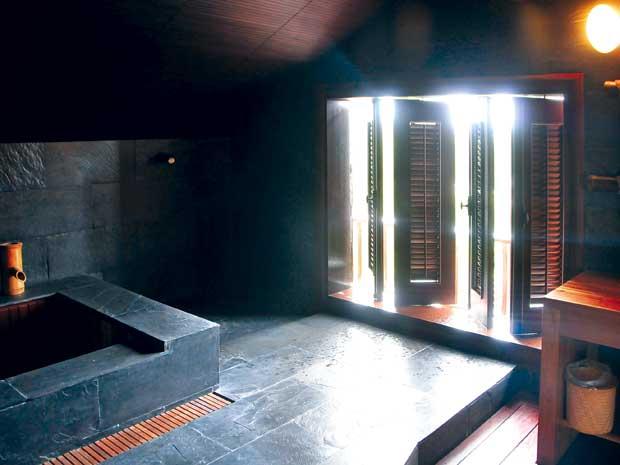 Phòng studio trên tầng thượng, dùng làm phòng xem phim, thể thao, chơi game. Nơi đây có một phòng tắm spa kiểu Nhật, tất cả đều làm bằng đá granite đen