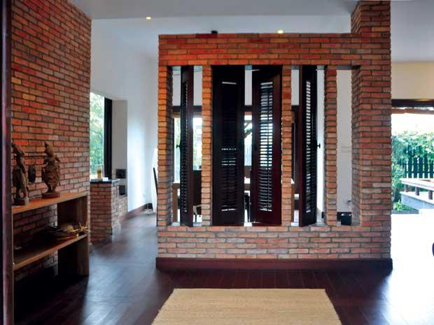 Phòng ăn được ngăn bằng cửa chớp trang trí