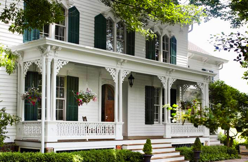 Mẫu thiết kế sang trọng và tinh tế mang phong cách đậm chất Mỹ. Với kiểu thiết kế cổ điển, tông màu trắng với những hàng cây lớn trước nhà. Sân vườn phía trước là kiểu nhà sang trọng thường thấy ở các con phố của nước Mỹ