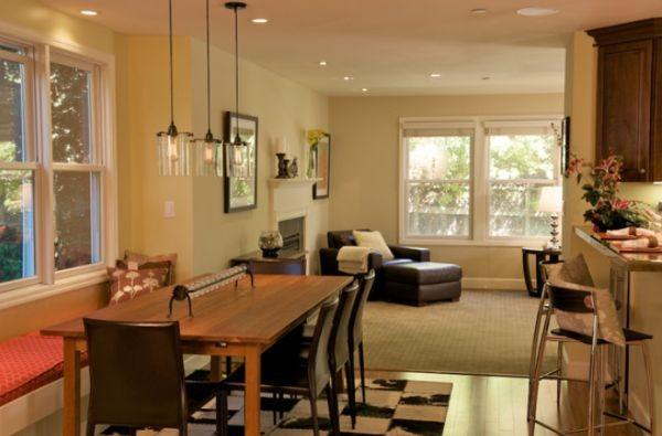 Bộ ba đèn trần đơn giản và tinh tế khiến bàn ăn thanh lịch và đẹp mắt hơn.