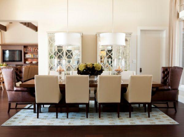 Đèn chùm giúp trang trí phòng ăn thật hoàn hảo cũng như cung cấp đủ ánh sáng cho cả dãy bàn.