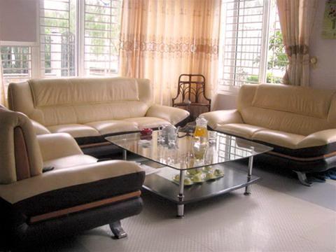 Không gian phòng khách thoáng mát với thiết kế mở tận dụng vị trí nhà lô góc 2 mặt tiền