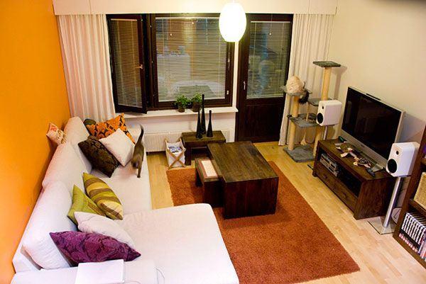 Sử dụng kệ ti vi kiểu dáng đơn giản để không chiếm nhiều diện tích của căn phòng, từ đó có thể dành diện tích lớn cho sofa và bàn tiếp khách