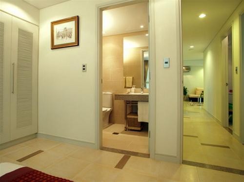 Trong thiết kế, tránh hai cửa đối mặt nhau sẽ gây bất lợi